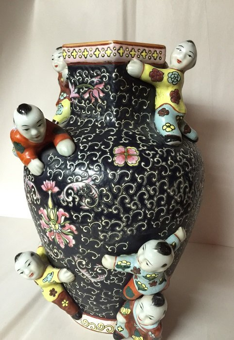 Qing Famillie Rose Hexagonal Porcelain Vase with Six