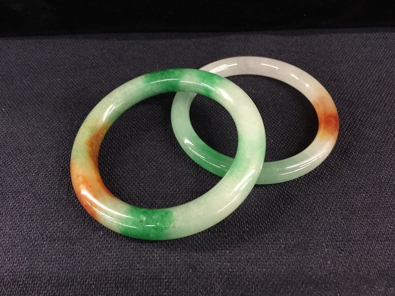A Nicely Pair Of Mixed Green And Brown Bangles