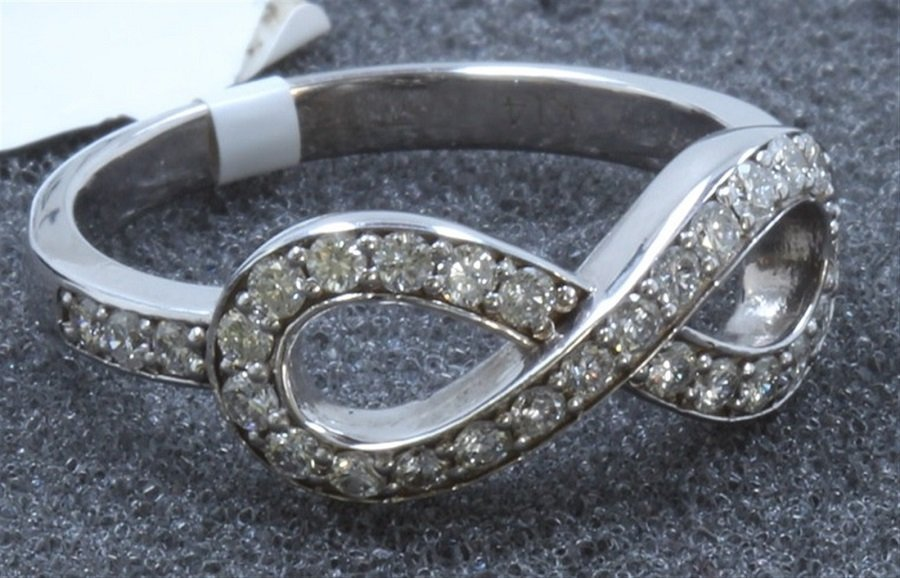 A Beautiful 14K White Gold Ring Inlaid 0.48CTS Diamond