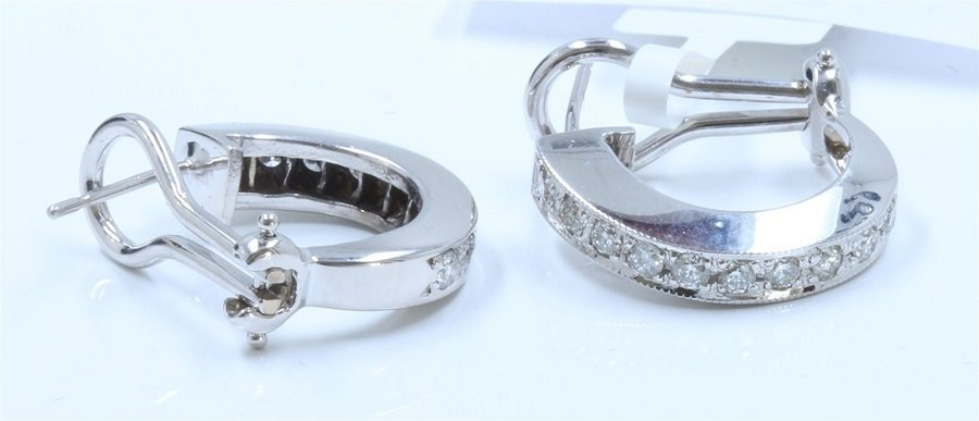 A Nicely 14K White Gold Earing Inlaid 0.68CTS Diamond