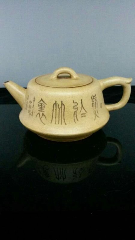 A Vintage Chinese YiXing Teapot 范靜&#23433