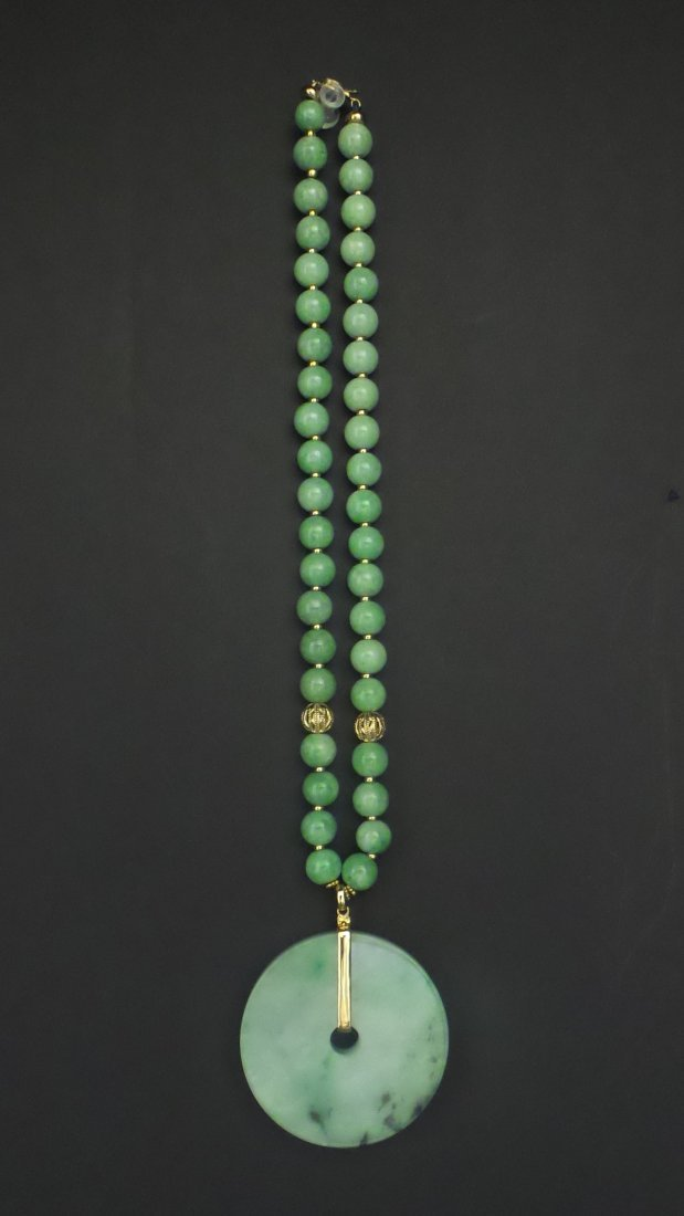 A NATURAL JADEITE BEADS NECKLACE ANG PENDANT