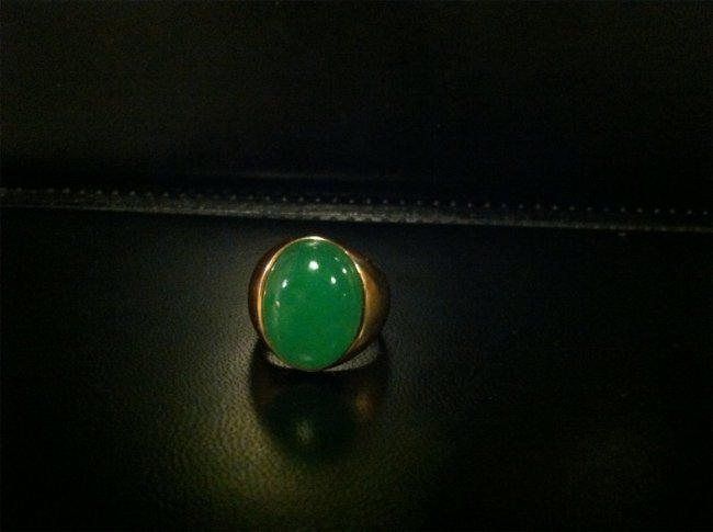 A TRANSLUCENT JADEITE MOUNTED IN 14K YELLOW GOLD RING