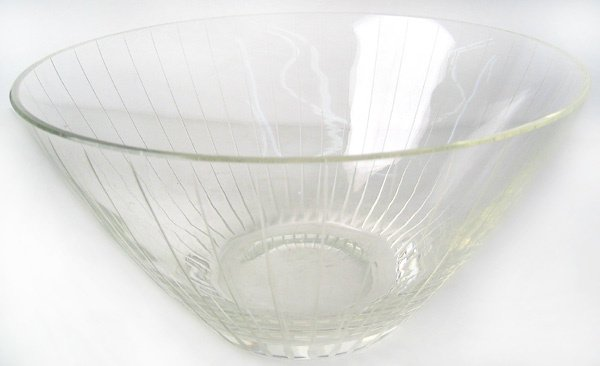 3959: Engraved glass bowl