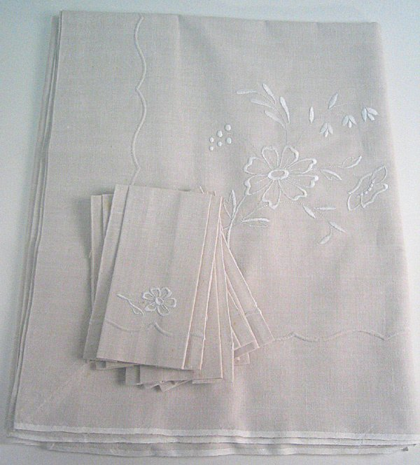 4006: Hand emboidered Linen Table cloth w/napkins