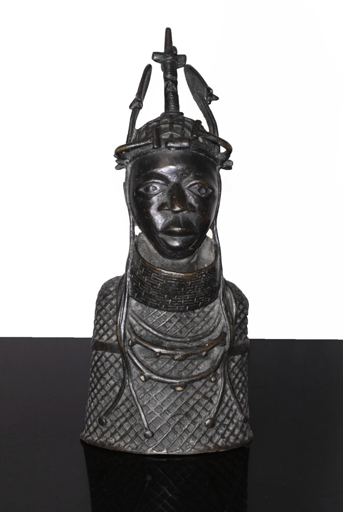 BENIN Bronze bust warrior Ife ornated with necklace
