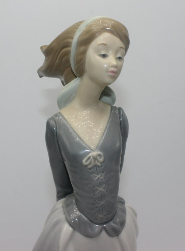 "Lladro ""Sea Breeze"" #4922 Porcelain Figure - 2"