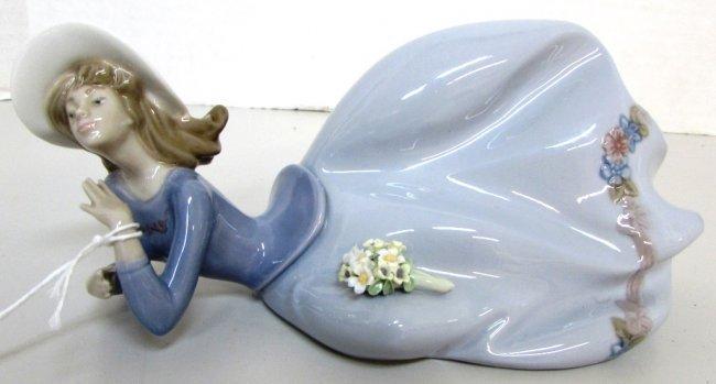 "Lladro ""Pretty Pose"" #5589 Porcelain Figure"