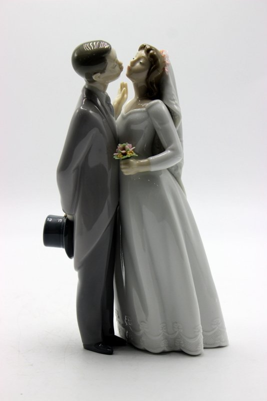 "Lladro ""A Kiss To Remember"" #6620 Porcelain Group"