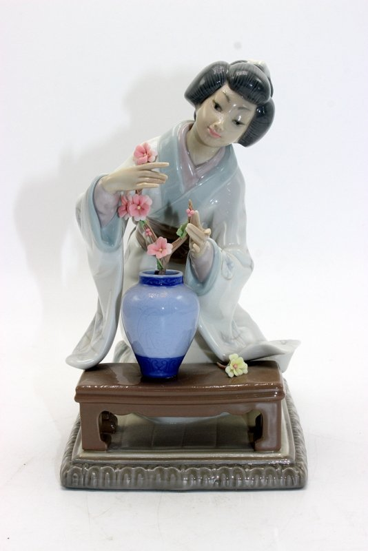 "Lladro ""Oriental Girl"" #4840 Porcelain Figure"