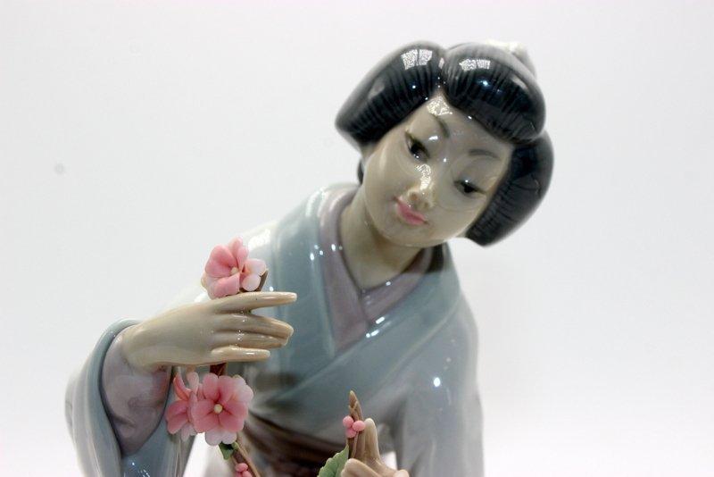 "Lladro ""Oriental Girl"" #4840 Porcelain Figure - 2"
