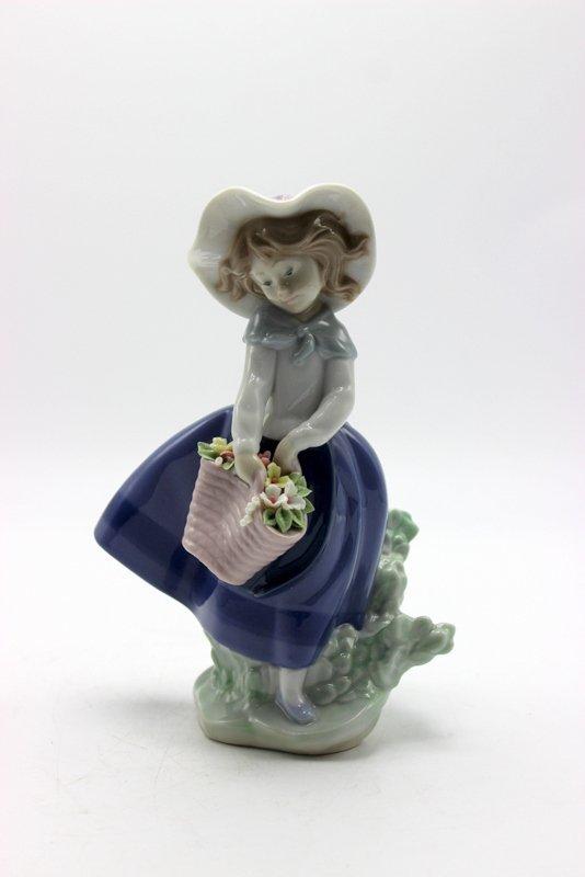 "Lladro ""Pretty Pickings"" #5222 Porcelain Figure"
