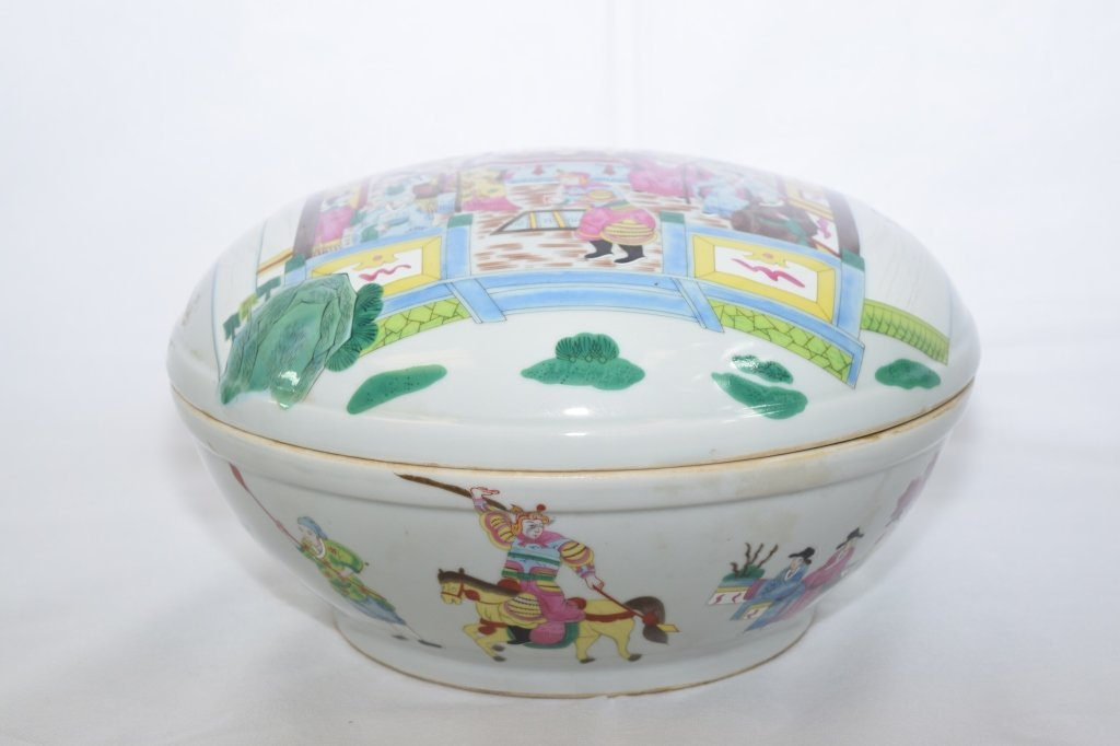 Large Chinese Famille Rose Covered Box