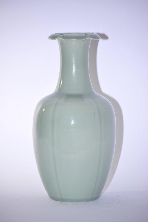 Qianlong Chinese Pea Glaze Hexalobed Vase