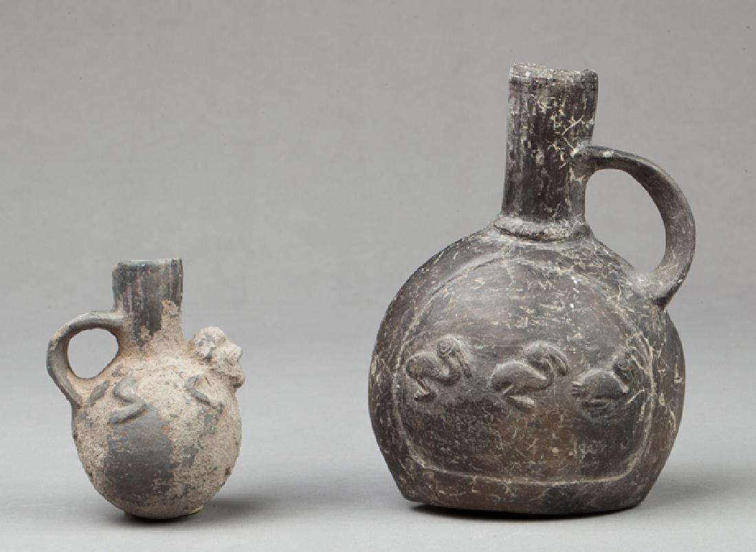 Lot with a stirrup vase and a shamanic potion vase