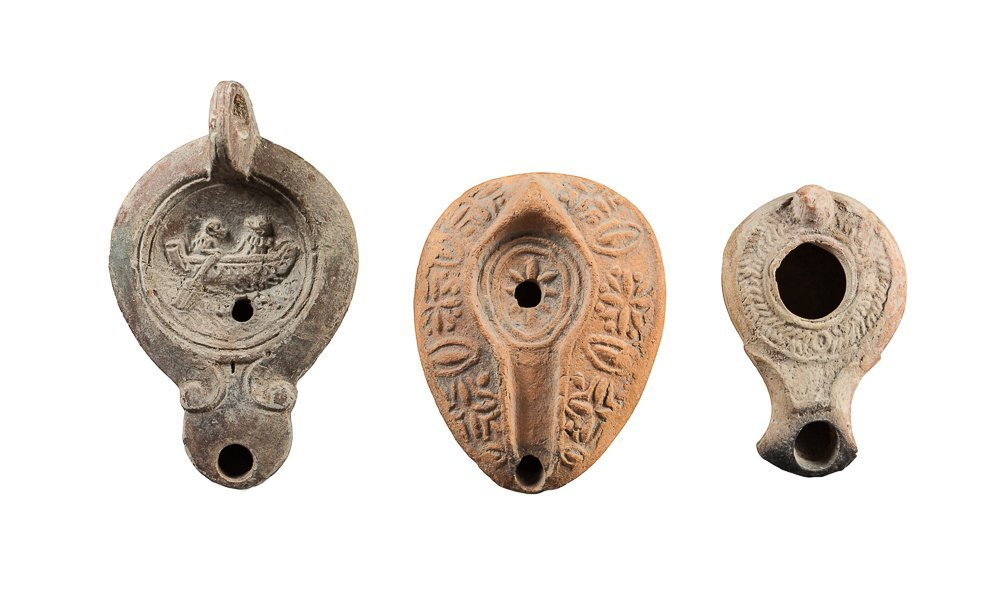 Lot with three oil lamps