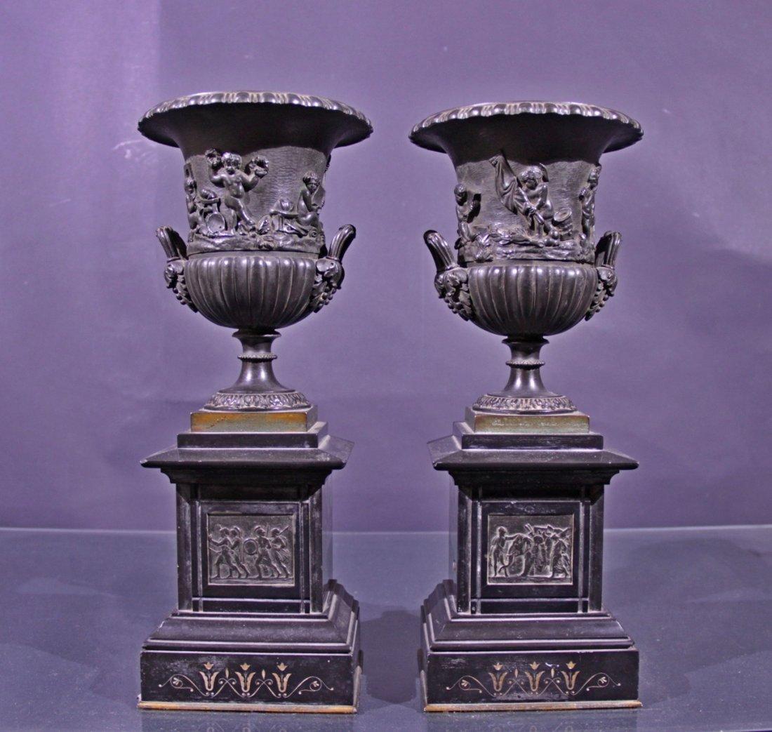 Couple bronze vases. - Coppia vasi in bronzo.