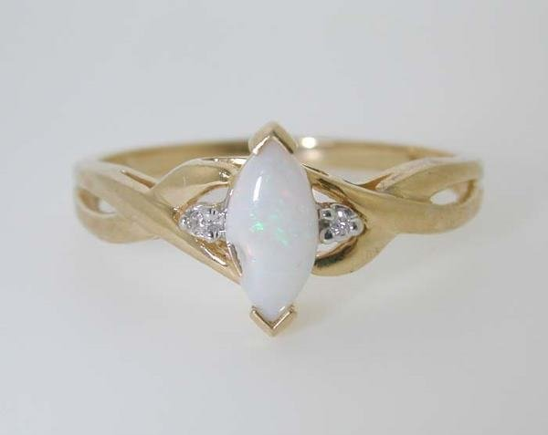 1006: BEAUTIFUL GOLD OPAL RING