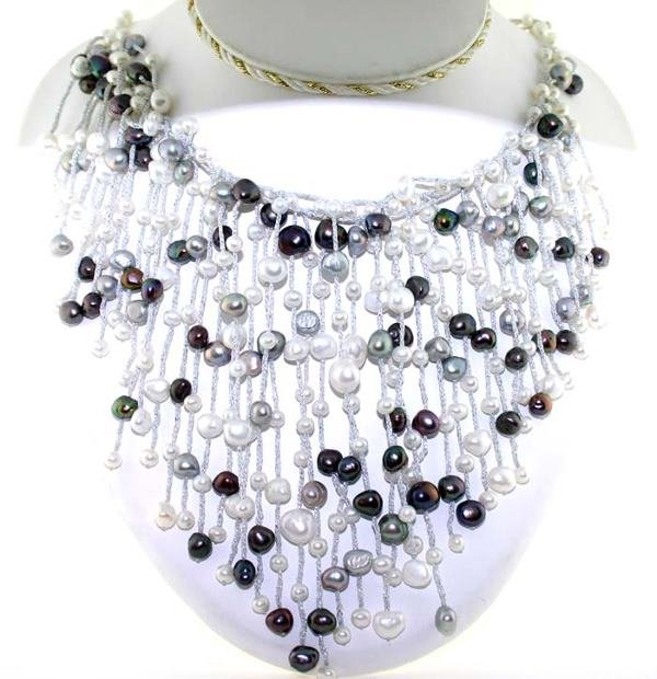 3022: BLACK AND WHITE PEARL NECKLACE 14K