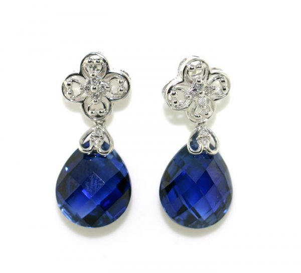 1005: 8 CT WHITE GOLD BLUE EARRINGS