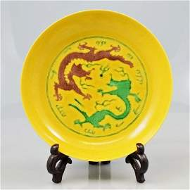 A YELLOW GROUND DISH OF TWO DRAGONS, 'GUANG XU' PERIOD