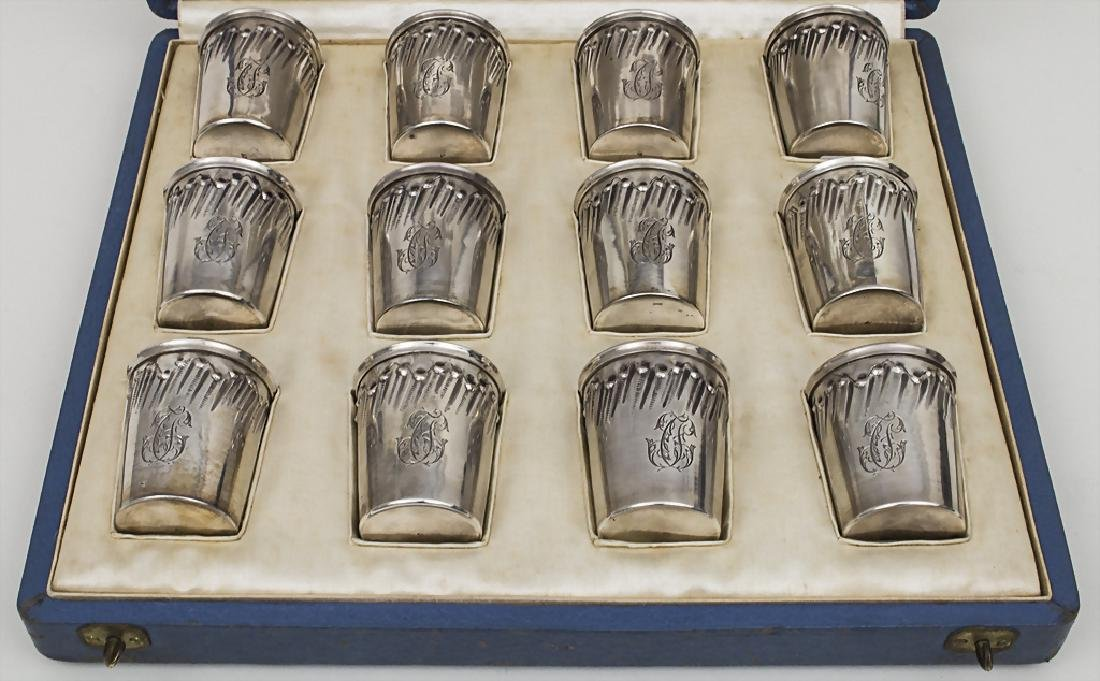 Schatulle mit 12 Silberbechern / A case with 12 silver