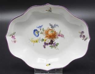 Schale mit Blumenbouquet und Schmetterling / A dish