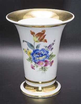 Trichtervase mit Goldrändern und Blumenbouquet / A vase