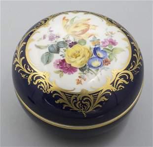 Bonbonnière mit Blumenbouquet / A lidded dish with