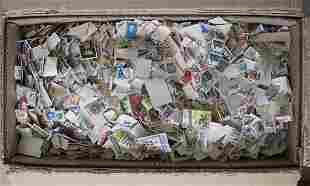 Großer Karton mit abgelösten Briefmarken aus aller Welt