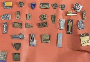 Konvolut aus 33 Anstecknadeln / A set of 33 pins, 20.
