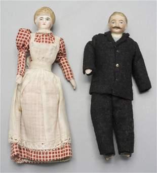 Zwei Miniaturpuppen 'Mann im Anzug' und 'Frau in Kleid