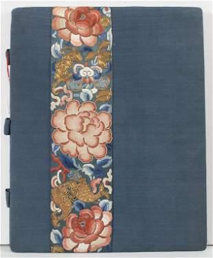 Textilmappe mit Seidenstickerei in asiatischem Dekor /