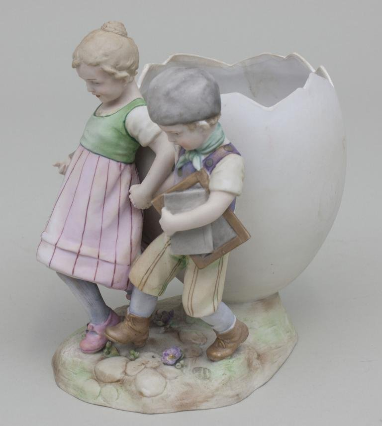 Kinderpaar mit Ei-Vase/ Children With Egg Shaped Vase,