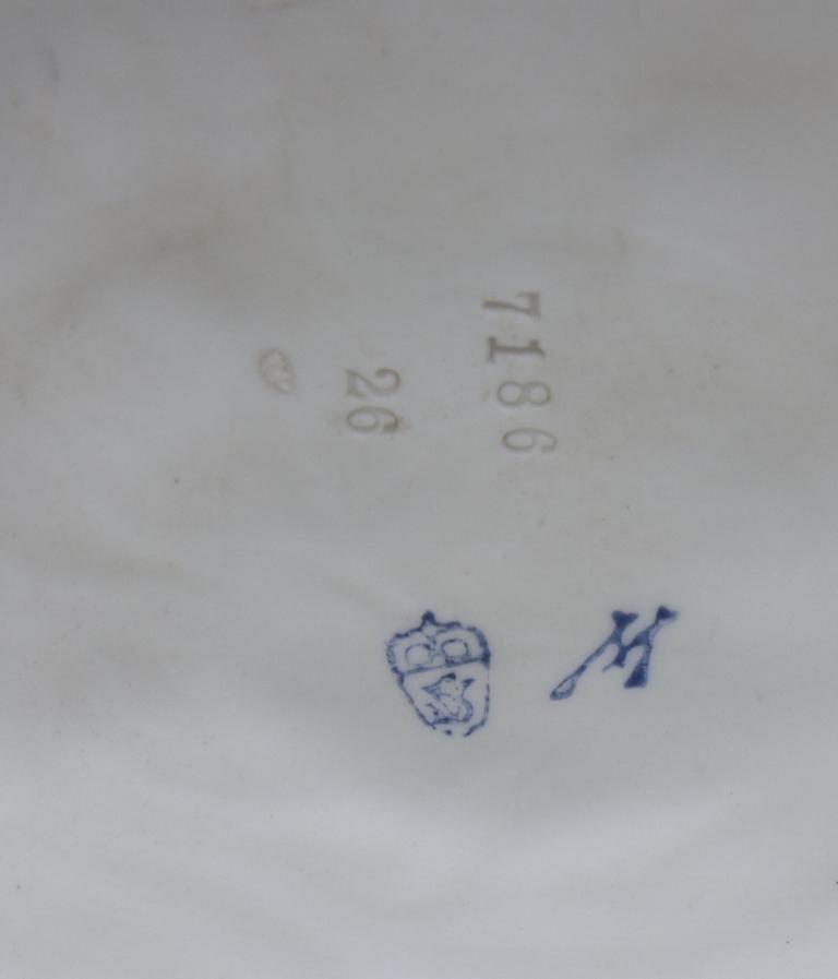Kinderpaar mit Ei-Vase/ Children With Egg Shaped Vase, - 4