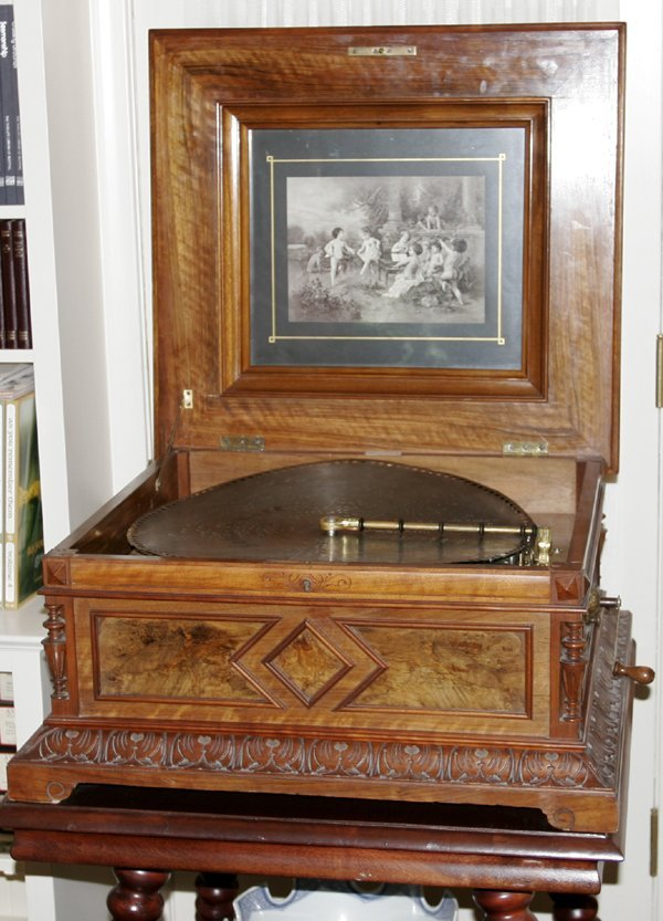 101015: ANTIQUE CARVED WOOD POLYPHONE MUSIC BOX