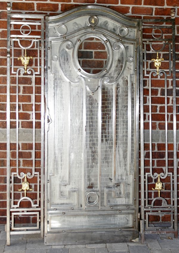 111013: POLISHED IRON & BRONZE DOOR W/ STANCHIONS