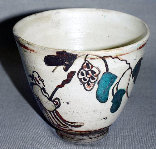 3024: TZU CHOW CHINESE HAND PAINTED POTTERY TEA CUP, C.