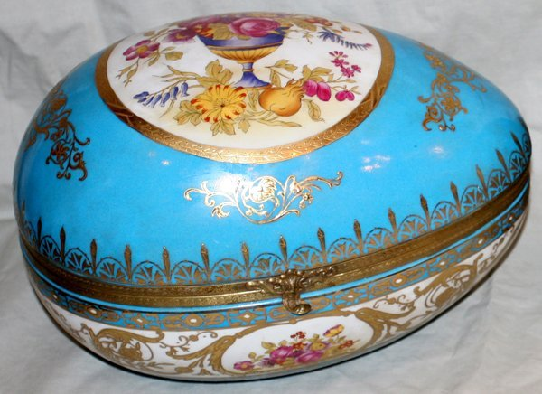 "081019: FRENCH PORCELAIN JEWEL BOX, H8"" W7.5"" L11.5"""