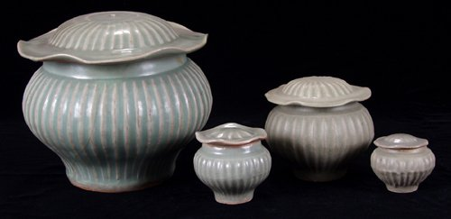 113019: CHINESE LUNG-CH'UAN CELADON WARE JARS WITH LOTU