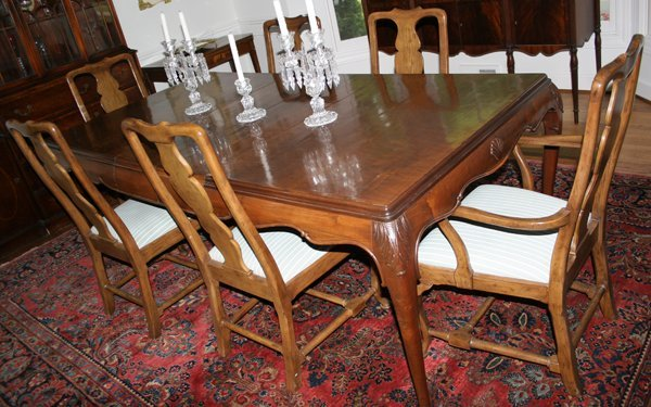 122021: QUEEN ANNE STYLE WALNUT DINING TABLE & CHAIRS