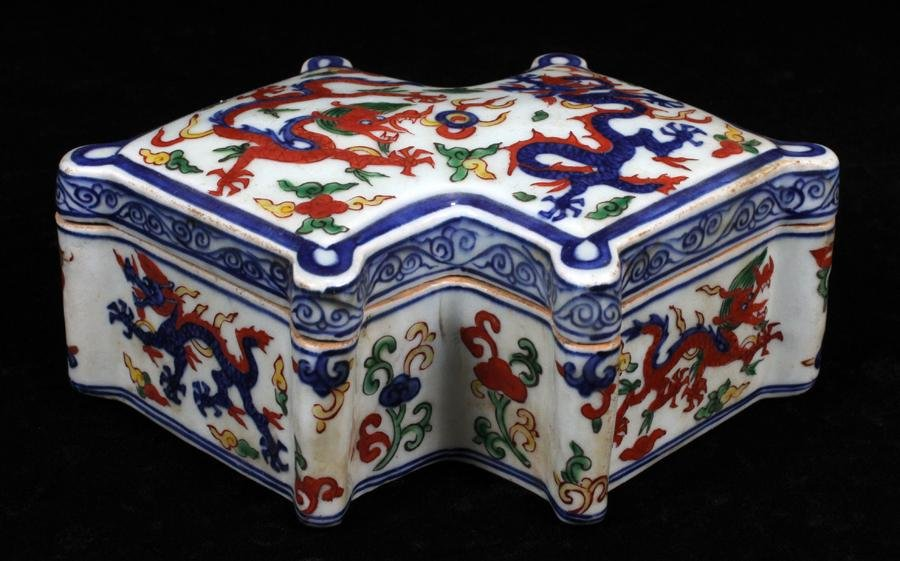 CHINESE DOUCAI DIAMOND SHAPE BOX