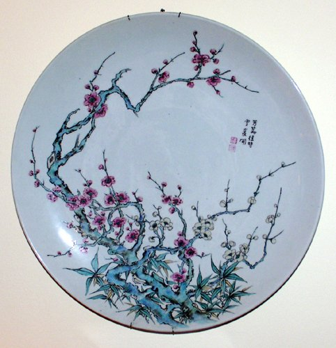 011014: JAPANESE HAND-PAINTED PORCELAIN CHARGER, 19TH C