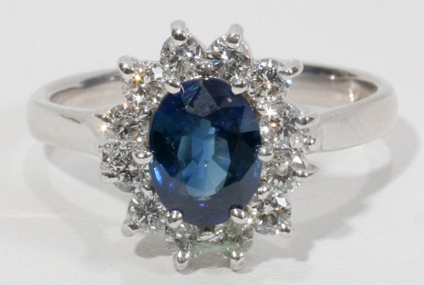 100003: SAPPHIRE AND DIAMOND 18 KT GOLD RING