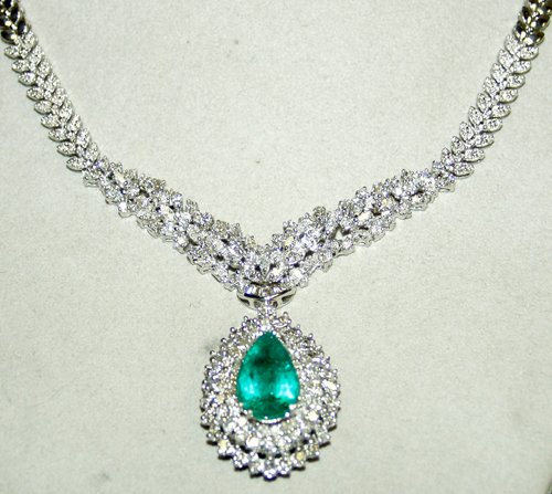 020004: 18 KT. W.GOLD, DIAMOND & EMERALD NECKLACE, L 16