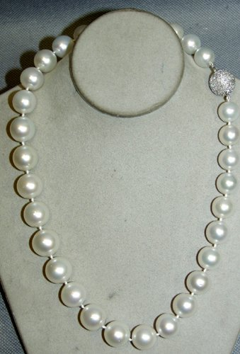 020005: 14 KT. GOLD, DIAMOND & SOUTH SEA PEARL NECKLACE