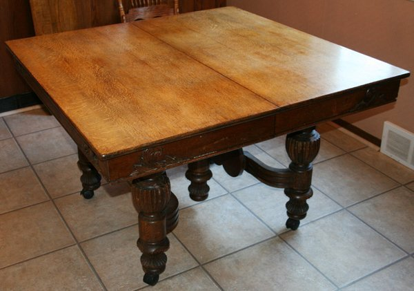 110010: AMERICAN ANTIQUE OAK DINING TABLE & 2 LEAVES