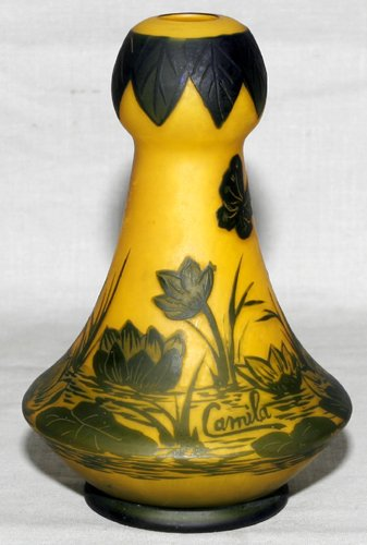 031002: FRENCH CARVED CAMEO GLASS VASE C. 1900, H 6""