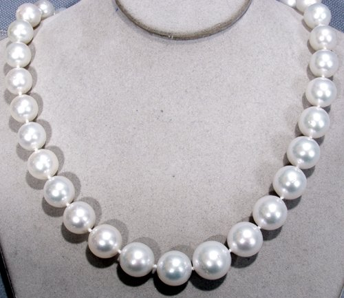 040009: GOLD NECKLACE, DIAMOND & IVORY SOUTH SEA PEARL