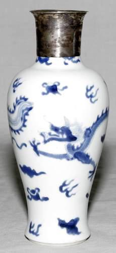 CHINESE BLUE & WHITE WARE PORCELAIN VASE